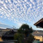 ご近所の屋根、雲、それが気持ちのいい朝